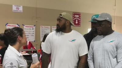 Jugadores de los Miami Dolphins visitan a los damnificados por el paso del huracán Irma