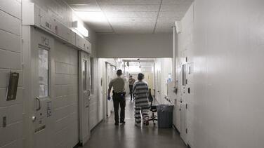 Fue arrestado por manejar ebrio y pasó casi un mes en la cárcel sin recibir cargos