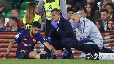 Luis Suárez sufrió un esguince durante le victoria del Barcelona ante el Betis