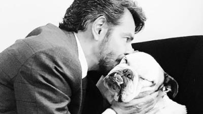 """Eugenio Derbez llevó a su bulldog Fiona a un """"auto baño para perros"""""""