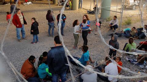 Albergues colapsados y miles de inmigrantes deambulando en busca de ayuda, algunos de los efectos de la crisis en la frontera