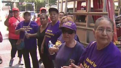 Trabajadores de limpieza y conserjes se manifiestan en el centro de Houston para exigir mejores condiciones laborales