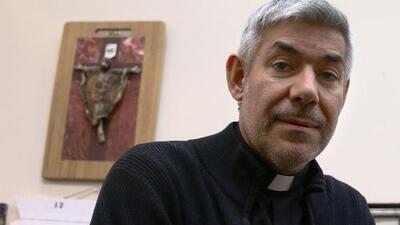 El sacerdote que ha 'adoptado' a 27 jóvenes para evitar su deportación