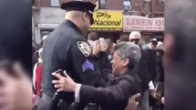 Anciana baila al ritmo de una bachata con sargento de la NYPD en Washington Heights