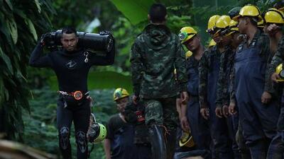 Niños atrapados en cueva de Tailandia deben bucear y caminar por un túnel de más de 2 millas para salir