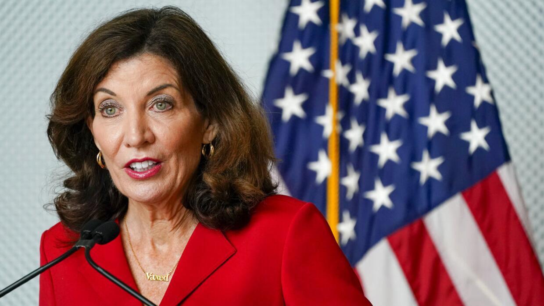 Gobernadora de NY promulga ley que protege a indocumentados de coerción y extorsión