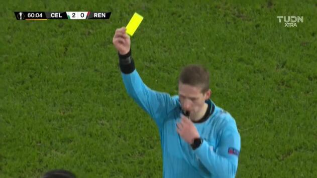 Tarjeta amarilla. El árbitro amonesta a Gerzino Nyamsi de Rennes