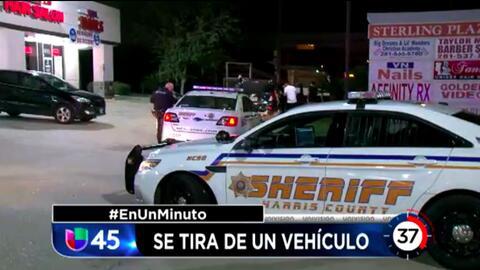 En Un Minuto Houston: Una mujer alega que saltó de un auto en movimiento porque el conductor la estaba agrediendo