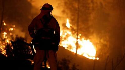Incendios en California siguen causando estragos: 12,000 bomberos trabajan 24 horas para combatirlos