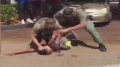 Personalidades piden justicia en el caso del joven al que un oficial de Broward le roció gas pimienta en el rostro