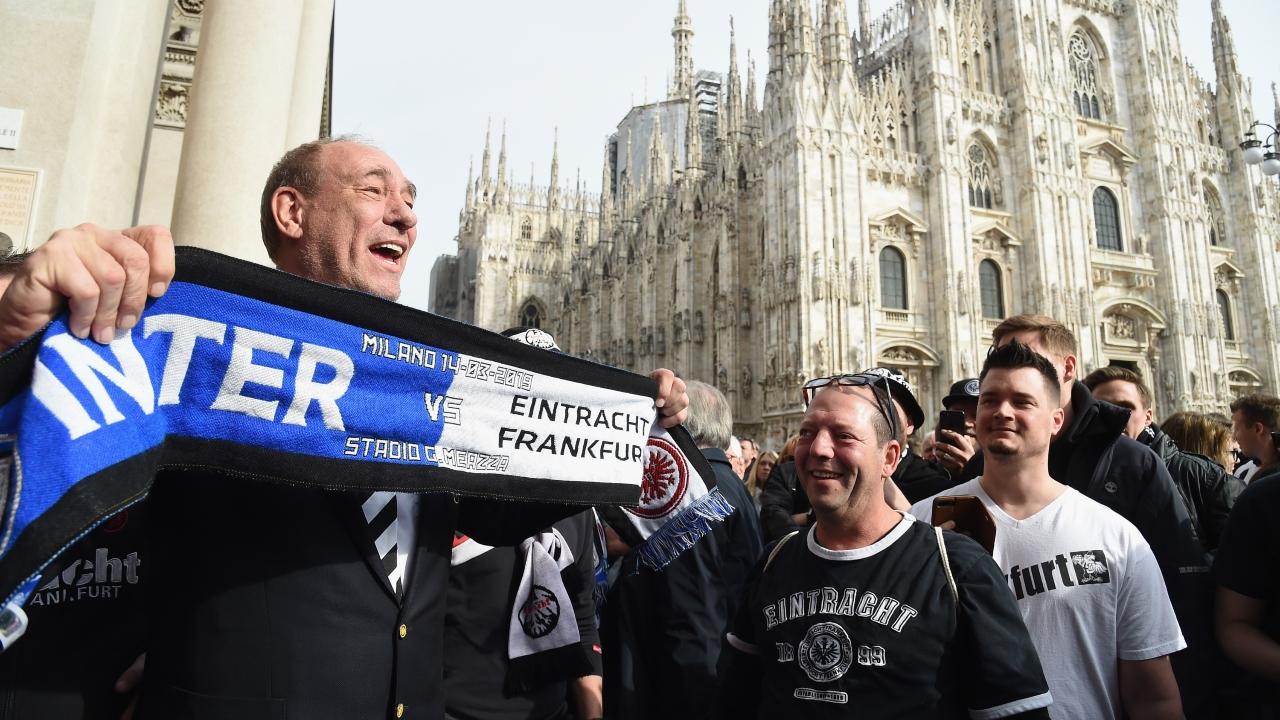 Ni el presidente del Frankfurt se quiso perder la fiesta de la afición alemana en la Piazza del Duomo de Milán