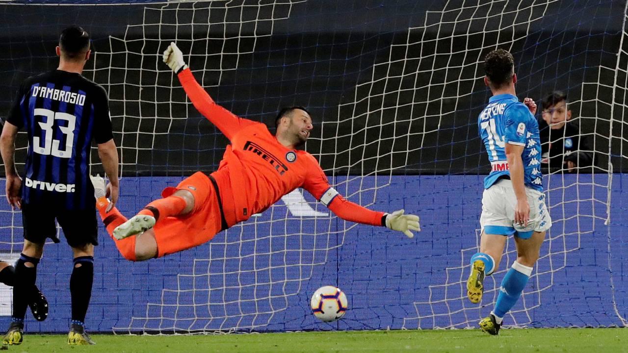 En fotos: se complica la clasificación de Inter a la Champions al ser goleado por Napoli