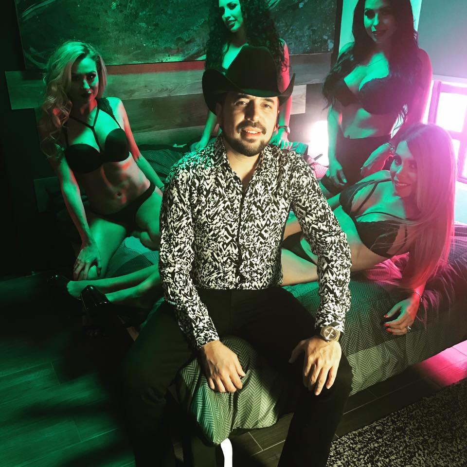 Fidel Rueda, 'sufre' en su nuevo video acompañado de cuatro modelos